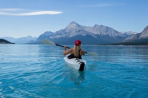 美しい景色が広がる大自然の中で魅力的な休日を過ごしている女性