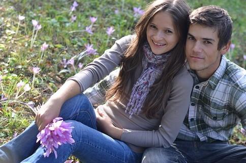 気温が上がって外でのデートで愛が深まるカップル