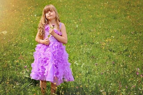 草原で愛の告白をされて感無量な表情を浮かべる女の子