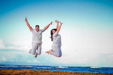 出会えたことに全身を使って喜びを表現するカップル