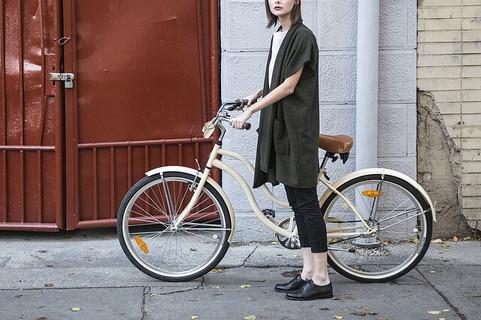春になり行動しやすくなったので友人のもとに自転車に乗って遊びに行く女性