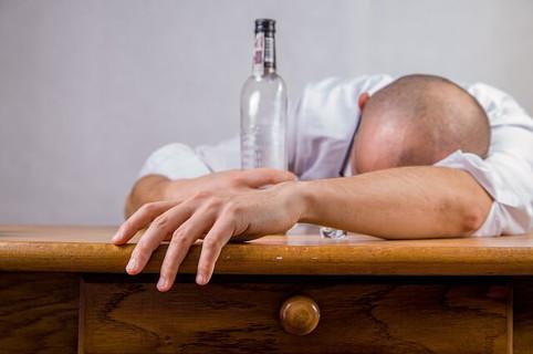 もう飲まないと決意をしたのに結局は酒を飲み過ぎて酔い潰れる男性