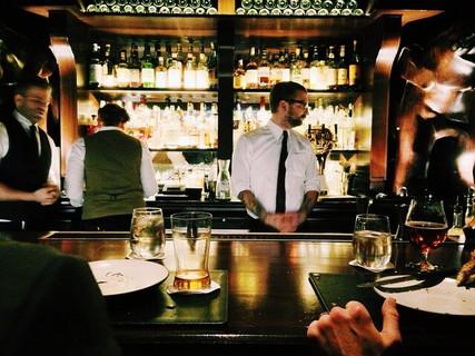 大人の社交場といえるバーでお酒を嗜みながらのデート