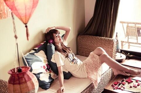 アジアン風の統一感のある男性の部屋に遊びにきてリラックスしている女性