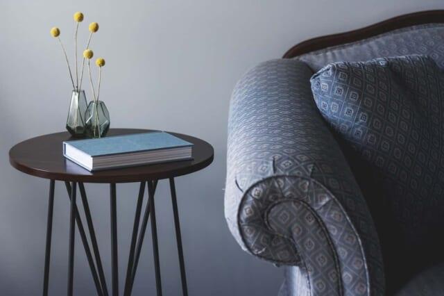 日常において必要最小限の家具だけで生活するモテる男の部屋