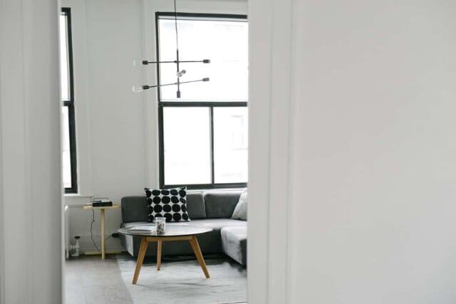 開放感を出すためにシンプルな家具しか置かないポリシーをもった男の部屋