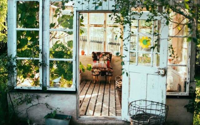 中間色を多く使った春らしいイメージを受ける部屋