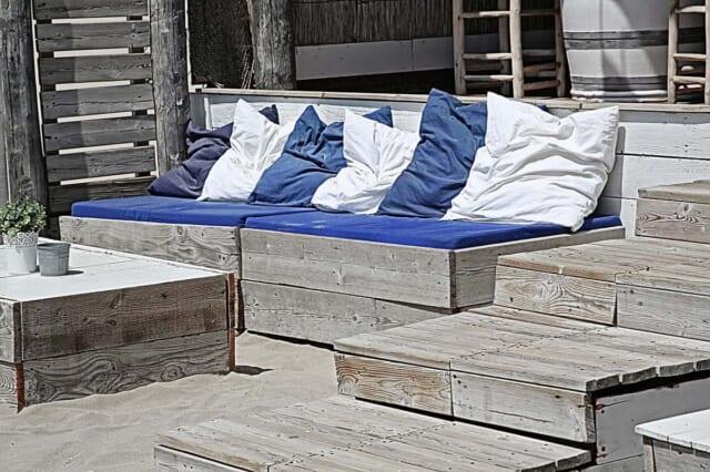 青と白のクッションカバーを置いて夏らしさを演出