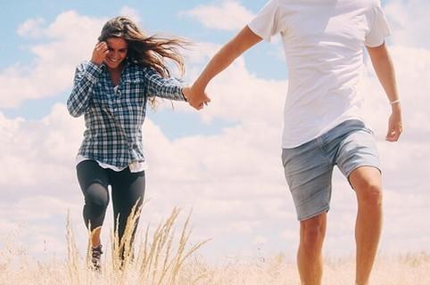 理想の彼女と手を繋ぎ念願のデートをすることができた男性