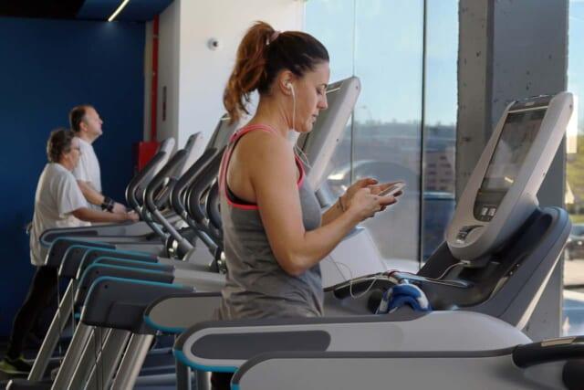 労力を惜しまずに理想の体型を手に入れるためにトレーニングする女性