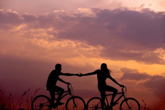 遅れをとった男性に手を差し伸べる人情の厚い女性