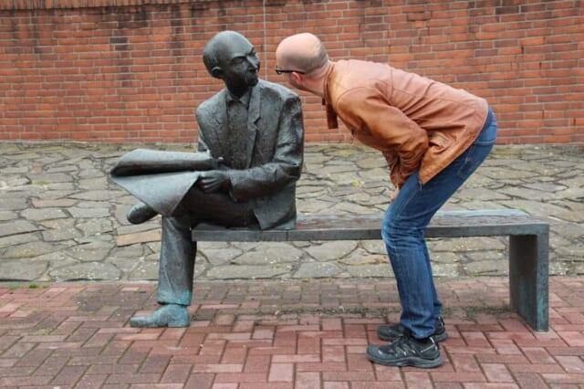 出会いがないのはなぜなのかを銅像に話し掛けることによって自問自答する男性