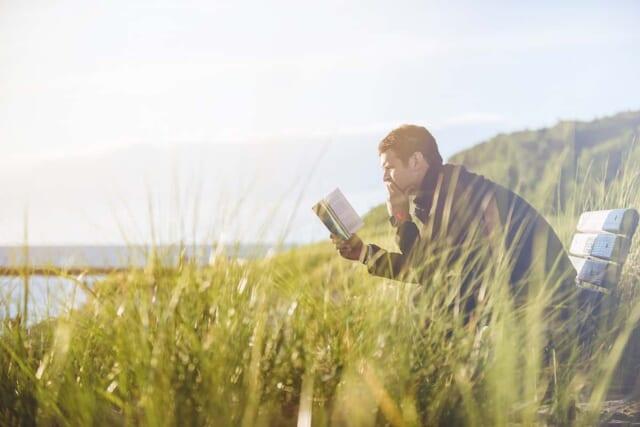 心境の変化によりこれまで手に取ることがなかった本を読む男性