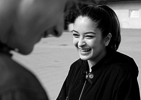 初対面で会った男性の第一印象のよさに安心して笑顔をこぼす女性