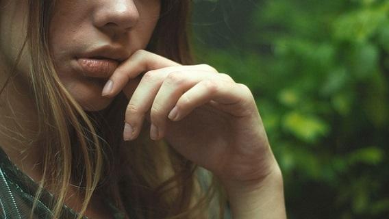 好意をもった男にキスをしてほしいサインを送る女の子