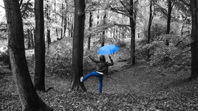 雨が降ると逆にテンションが上がり楽しい気分になる男