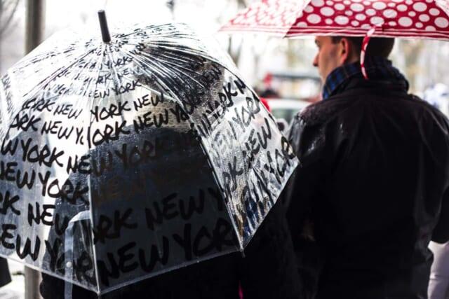 傘をさして雨の日にデートをする梅雨時期に付き合い始めたカップル