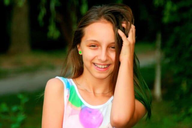 笑顔が可愛いと男性に褒められて照れ笑いをする女の子