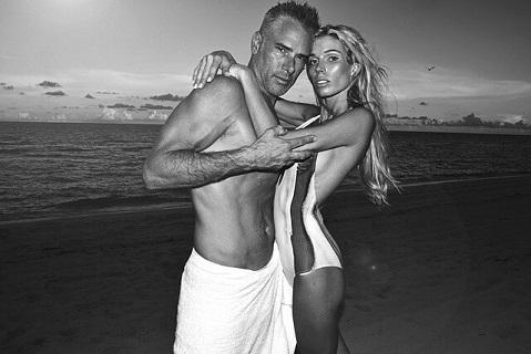 夏に出会った女性と海でのバケーションを楽しむダンディな男