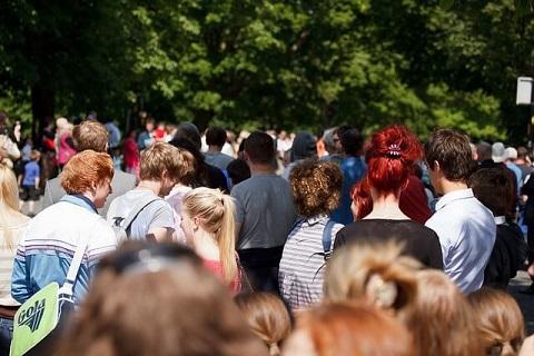 テーマパークに訪れた大勢の人々
