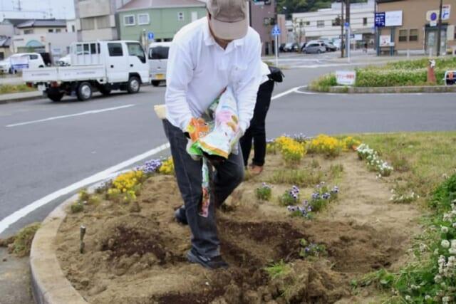 社会勉強を名目に夏休みに花壇ボランティアに参加した男性