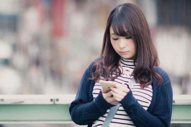 おじさんからクソリプメールが送信されてきて表情を曇らせる女子