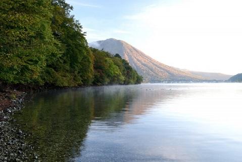 マイナスイオンと水辺の涼しさに癒される夏の中禅寺湖