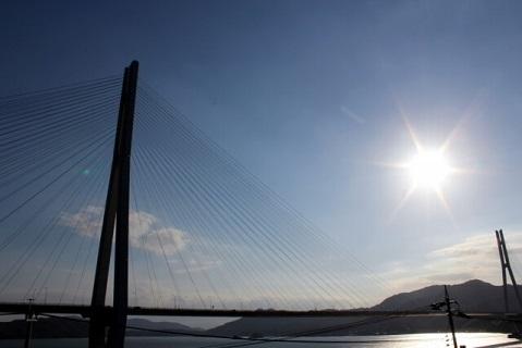 まぶしい太陽の光を浴びるしまなみ海道の多々羅大橋