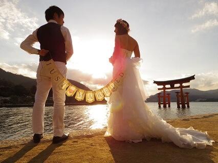 厳島神社で挙式をする仲の良い夫婦