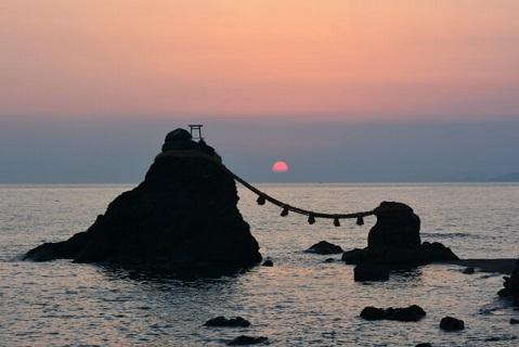 夫婦岩の間から昇る美しい朝日