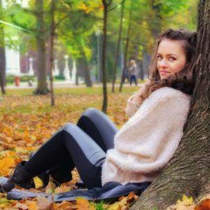 落ち葉が敷き詰められた公園へこの秋に出会った彼女とデート