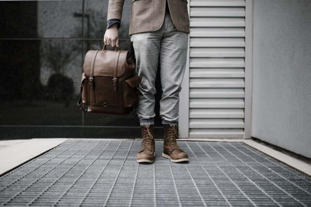 温もりを与える大人カジュアルな服装をした男性