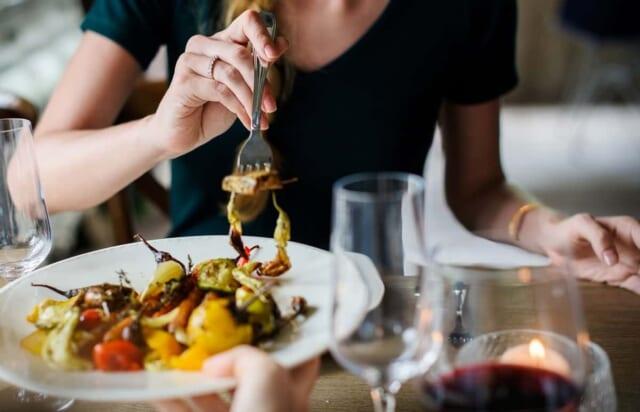 食事デートで秋野菜のプレートをシェア
