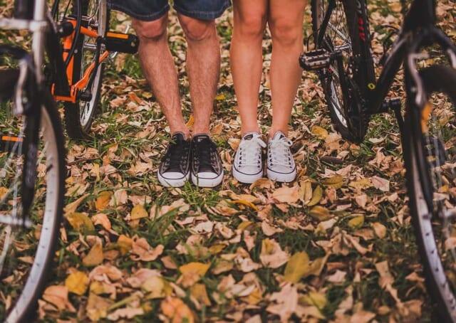近所の紅葉をめぐるサイクリングデートをする男女