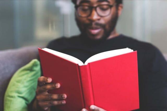 読書の秋に本を読み女性との会話のネタを見つけた男性