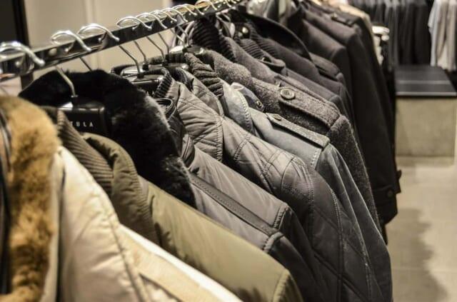 秋冬物のジャケットが並べられたメンズ向けショップの店内