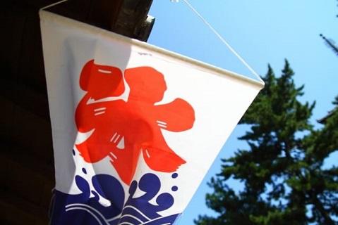 真夏の奈良にある甘味処の軒先に掲げられた氷旗