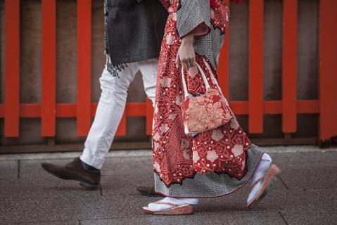初詣の帰りに冬のならまちを散策するカップル