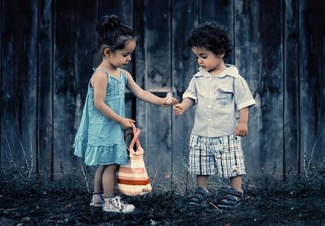 少年に優しく接する感受性の豊かな一人っ子の少女