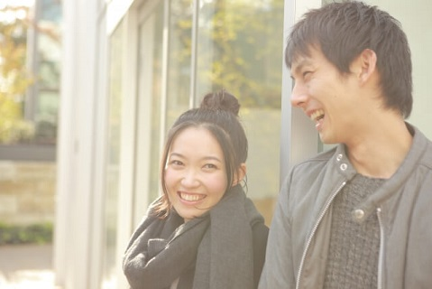 初デートを成功させ20代女子と親密になり笑顔を浮かべる男性