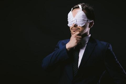 ブラをアイマスクにする寒いシモネタをぶちかます男