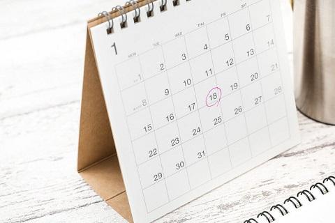 卓上カレンダーに初対面の日を赤丸でチェック