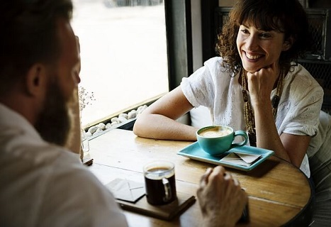 初回は爽やかにカフェで談笑をしながら和やかな印象で解散をしましょう