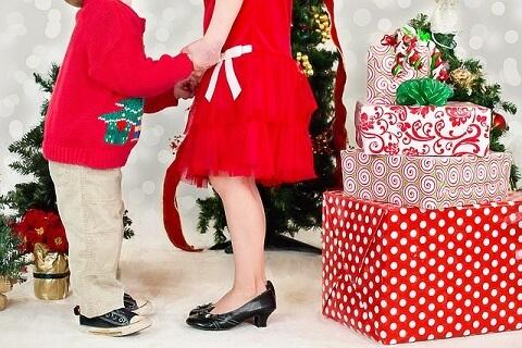 クリスマスを一緒に過ごすカップルのイメージ画像です。