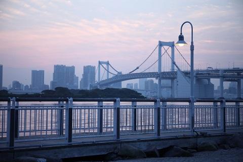1993年に開通したレインボーブリッジはお台場から見る景色も芝浦から見る景色もどちらも最高です。