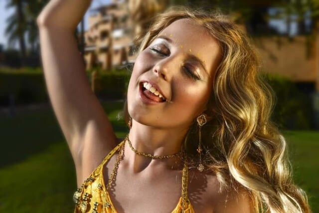 暑さと夏の楽しい雰囲気でいつもの状態を保てていない女性の画像です。