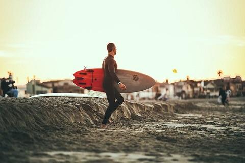 中年男性がサーフィンなどの爽やかな趣味を持っていれば明らかにほかのおじさんと差をつけられます。