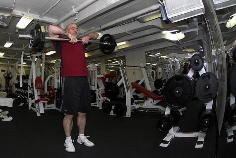 おじさん体型を改善するために週に一度はジムに通っている中年男性の画像です。