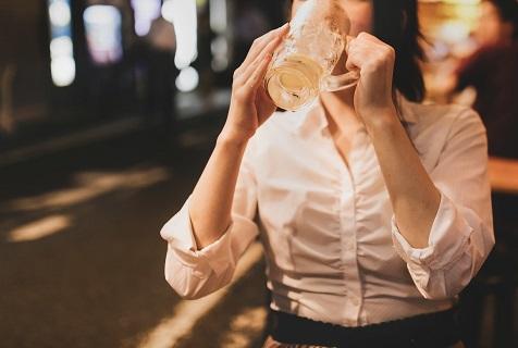一人飲みをしている女性の画像です。