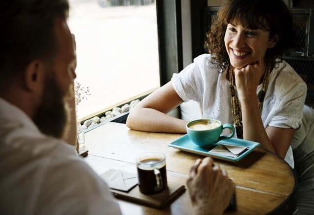 男性の話を微笑みながら流して聞く女性